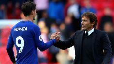 Antonio Conte saluda a Álvaro Morata tras un partido del Chelsea. (Getty)