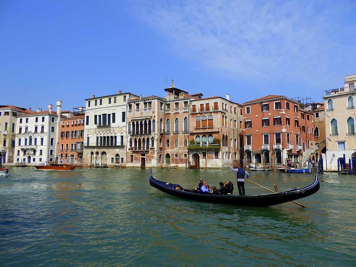 Mueren tres personas y otra resulta herida al estrellarse una lancha contra las rocas en Venecia