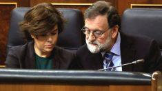 El presidente del Ejecutivo, Mariano Rajoy, conversa con la vicepresidenta del Gobierno, Soraya Sáenz de Santamaría, durante una sesión de control al Gobierno en el Congreso de los Diputados. (Foto: Efe)