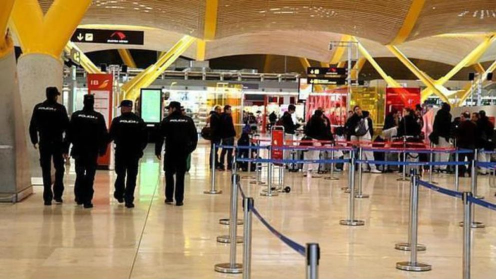 Agentes de Policía patrullan las terminales del Aeropuerto Adolfo Suárez-Madrid-Barajas. (EFE)