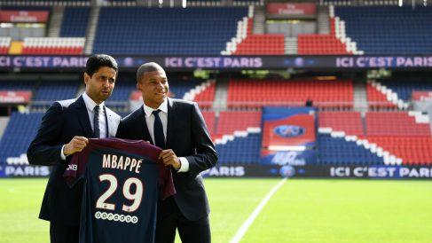 Nasser Al-Khelaïfi junto a Mbappé en el día de su presentación. (AFP)