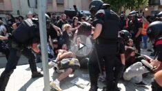 Los Mossos desalojan a porrazos a los indignados del 15M en junio de 2011.