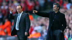 Mourinho contra Benítez durante un partido de Premier en 2005 (Getty)