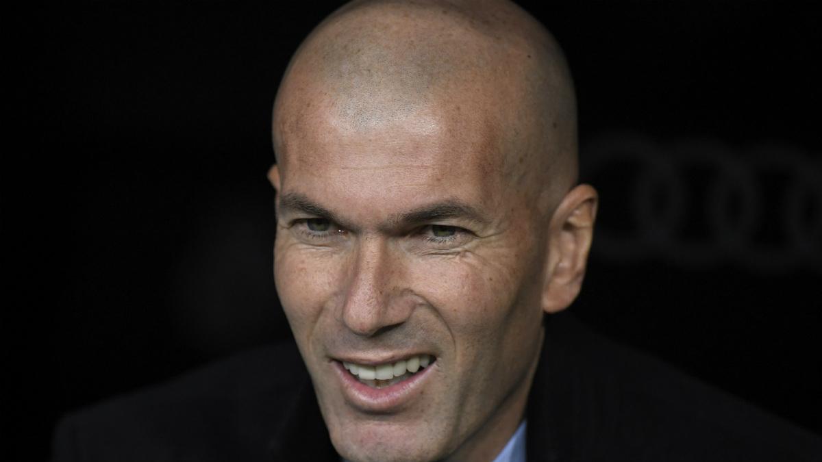 Zidane sonríe en el banquillo durante el encuentro contra la Real Sociedad. (AFP)