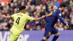 Bruno agarra a Messi en el Barça-Getafe. (AFP)