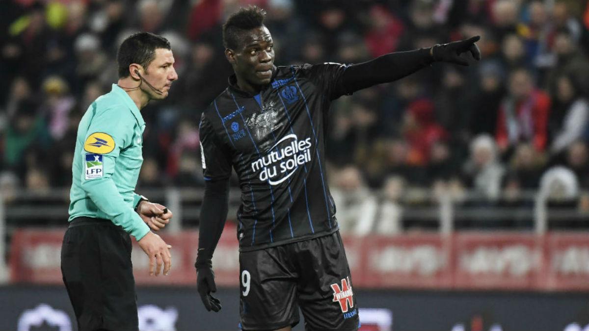 Balotelli avisa al árbitro de que está recibiendo insultos racistas. (AFP)