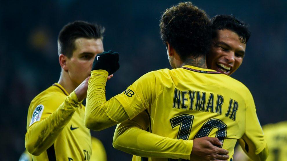 Neymar y Thiago Silva celebran un gol del PSG. (AFP)