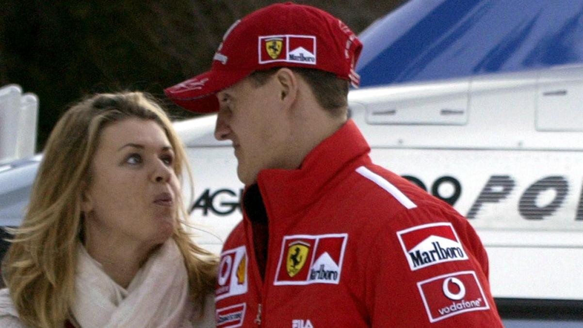 Michael Schumacher junto a su mujer Corinna durante una pretemporada con Ferrari. (AFP)