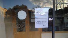 Carteles instalados a las puertas de esta biblioteca del barrio de Vicálvaro. (Foto: TW)