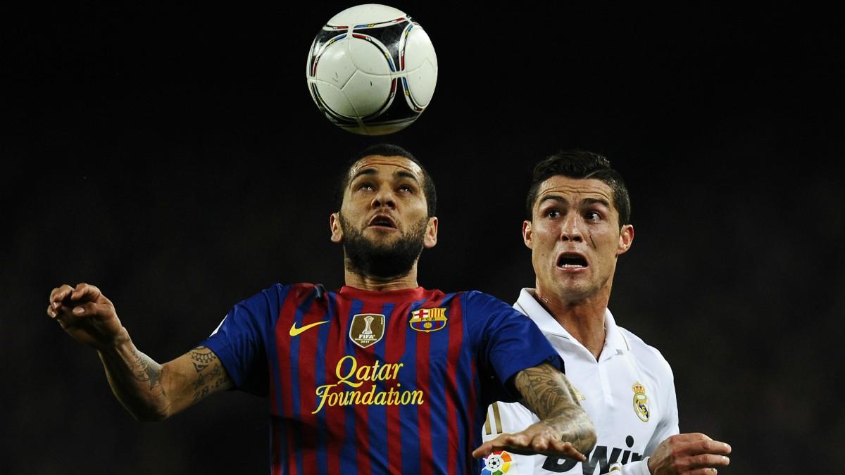 Cristiano Ronaldo y Dani Alves, en un Clásico. (Getty)