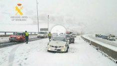 La Guardia Civil desatasca vehículos atrapados en Montabliz (Cantabria).