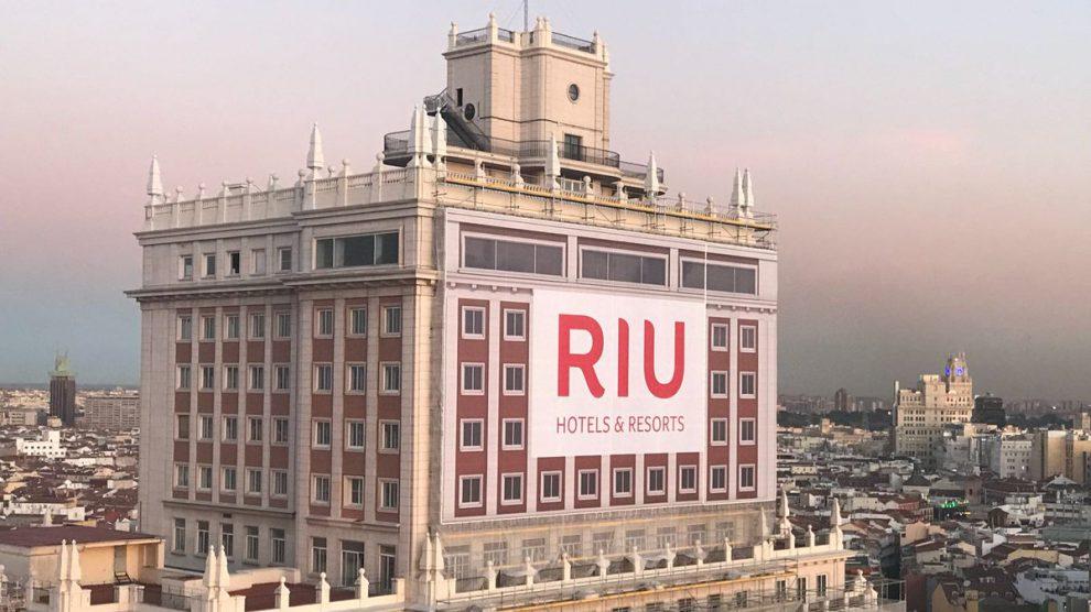 RIU rehabilita el Edificio España en Madrid para abrir un gran hotel y centro comercial.