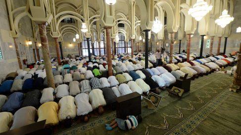 Musulmanes en la mezquita madrileña. (Foto: AFP)
