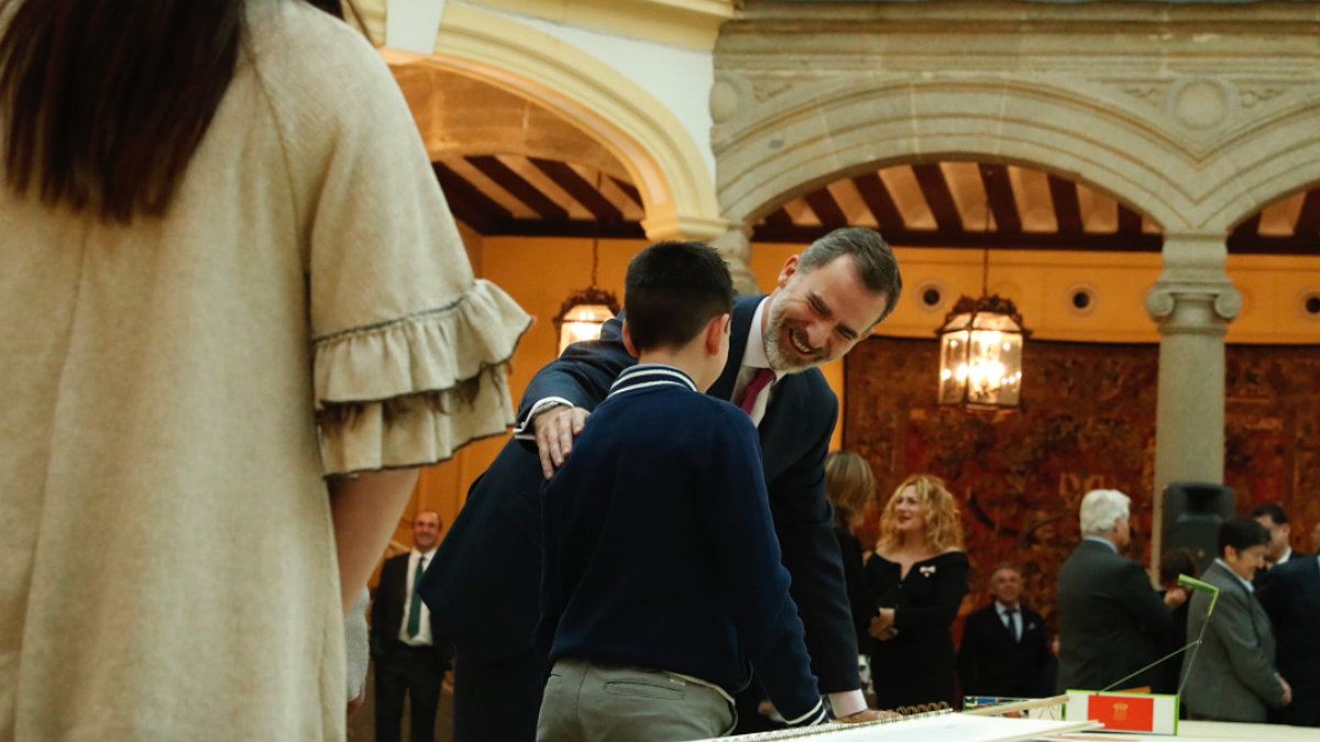 Felipe VI ríe con un niño finalista del concurso Qué es un Rey para ti. (Casa Real)