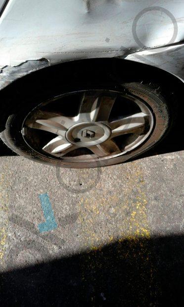 Una de las ruedas pinchadas.