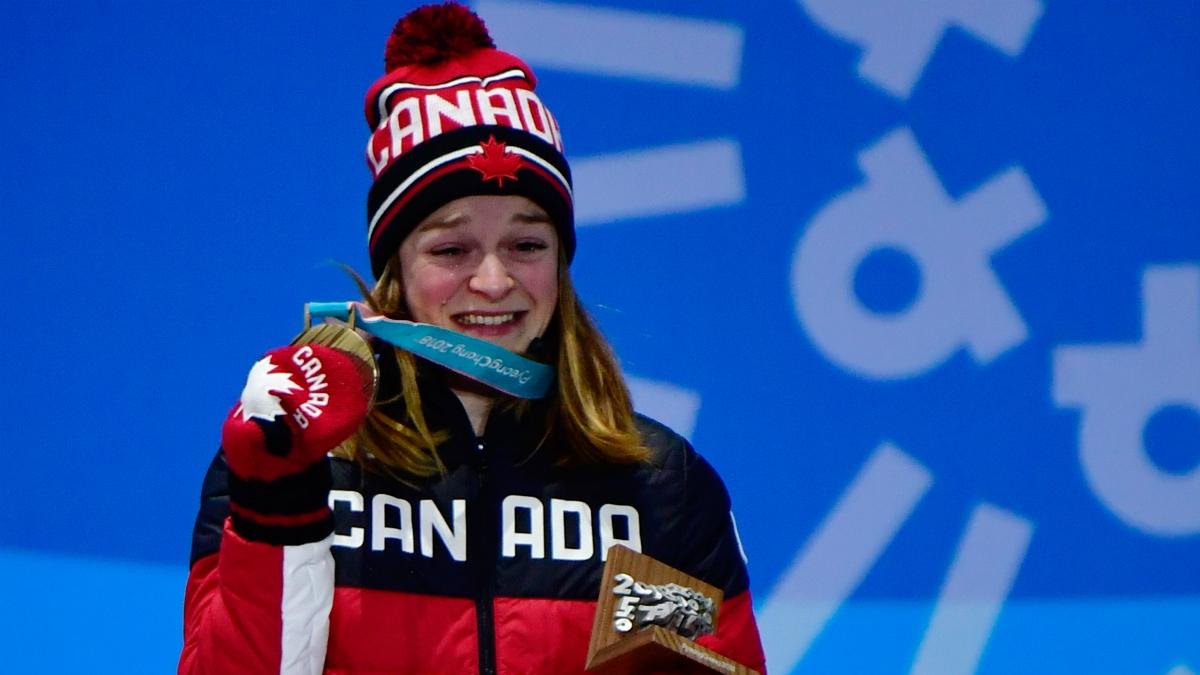 La patinadora canadiense Kim Boutin llora tras recibir la medalla de bronce. (AFP)