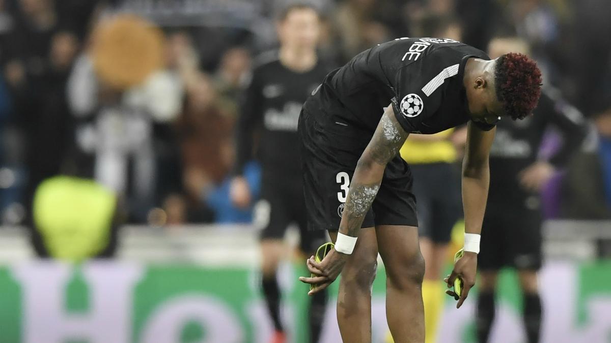 Kimpembe abatido en el césped del Bernabéu. (AFP)