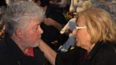 El director Pedro Almodovar apoyando la campaña electoral de la ahora alcaldesa. (Foto: AhoraMadrid)