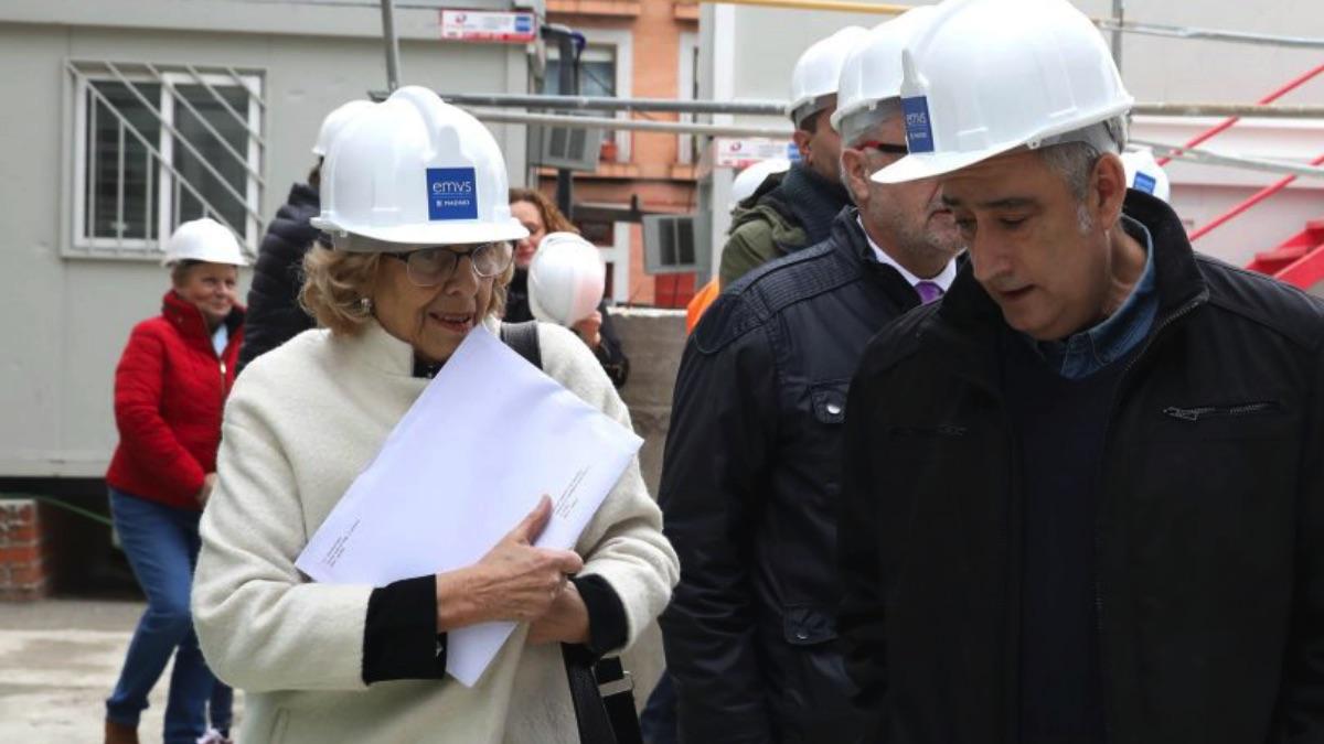Manuela Carmena visitando con el edil de Vallecas, Paco Pérez, la construcción de unas viviendas. (Foto. Madrid)
