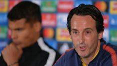 Unai Emery, durante una rueda de prensa junto a Thiago Silva. (Getty)