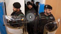Agentes de la Guardia Civil en un centro de votación el 1-O. (Foto: EFE)