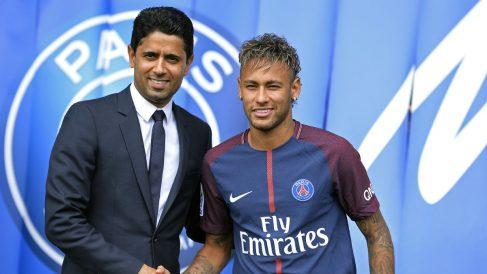 Nasser Al Khelaifi y Neymar durante la presentación del brasileño con el PSG. (Getty)