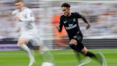 Neymar corre ante la mirada de Kroos, que le aguanta la carrera. (EFE)