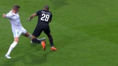 MINUTO 34: Los jugadores del PSG reclamaron amarilla para Toni Kroos después de esta falta sobre Mbappé.