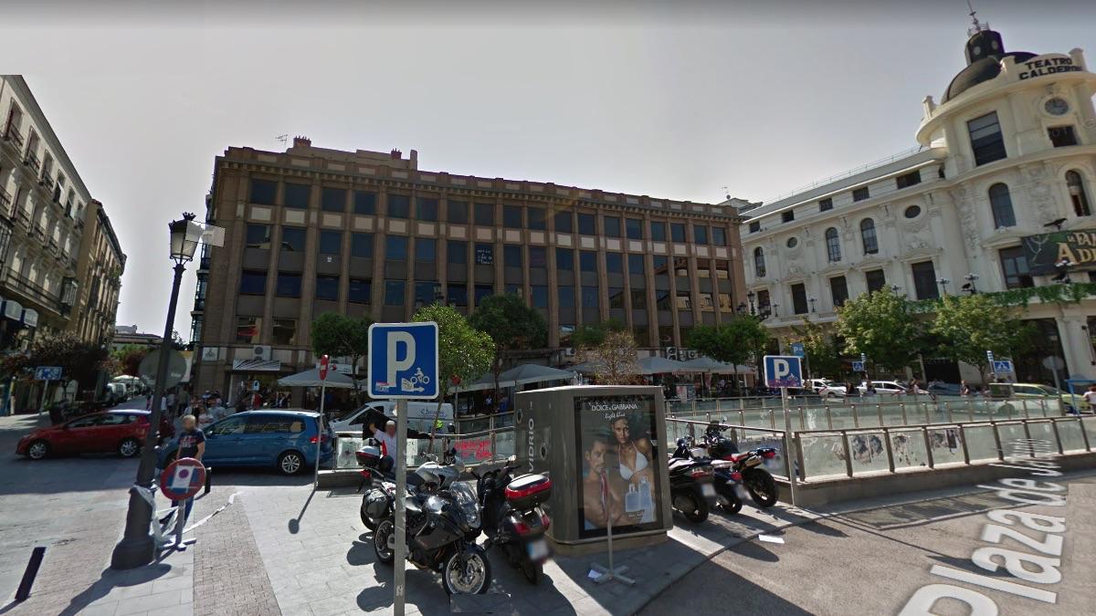Aspecto exterior de la Oficina, ocupa la cuarta planta de un bloque en la céntrica plaza Jacinto Benavente. (Foto: Google Streat View)