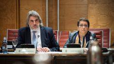 La presidenta de la Plataforma por las Garantías Ciudadanas, Inmaculada Sánchez Ruiz (d), y el abogado de la entidad, Alberto Ganga. (Foto: EFE)
