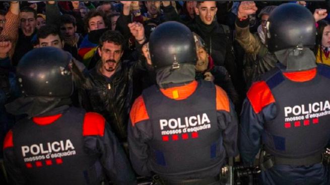 Los antidisturbios de los Mossos el 1-O (Foto:Twitter)