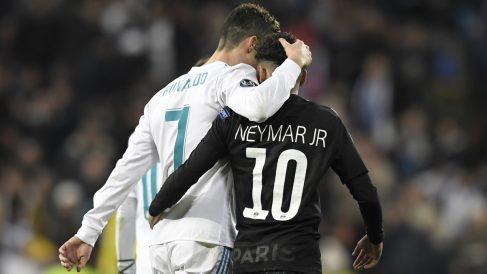 Cristiano y Neymar se abrazan tras el Real Madrid – PSG (AFP).
