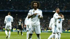 Marcelo señalando el escudo del Real Madrid en el duelo ante el PSG (Getty)