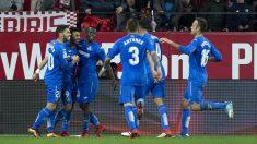 El Getafe celebra un gol con una pancarta de Biris de fondo. (AFP)