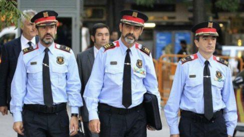 El actual Jefe de los Mossos, Ferran López, y su antecesor, el imputado Josep Lluís Trapero.