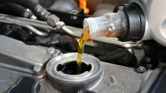 Rellenar el aceite del motor de nuestro coche es una operación de lo más sencilla que nosotros mismos podemos acometer sin problemas.