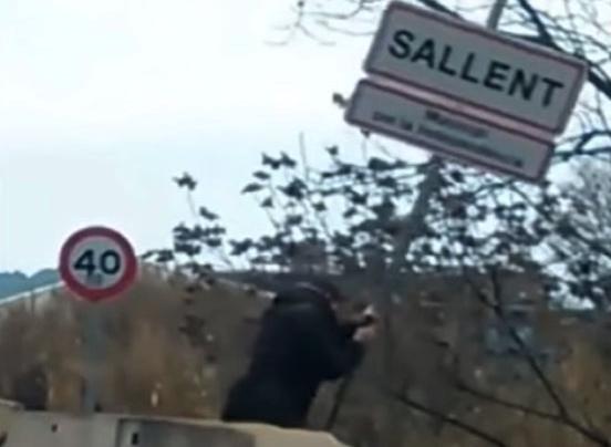 Un constitucionalista quita un cartel por la independencia