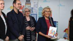 La alcaldesa Carmena junto al concejal Calvo. (Foto: Madrid)