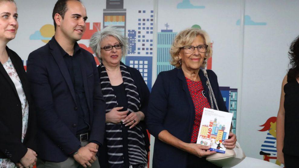 La alcaldesa Carmena junto al concejal Calvo y la directora general Pilar Pereda. (Foto: Madrid)