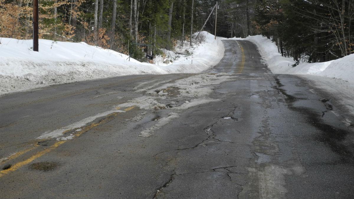 Circular constantemente por una carretera en mal estado puede causar importantes averías en nuestro coche.