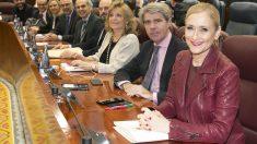 Cristina Cifuentes junto a sus compañeros del Grupo Popular en la Asamblea de Madrid. (Foto: PP)