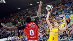 Marcus Ericsson trata de encestar una canasta durante el Gran Canaria – Fuenlabrada de la Copa del Rey de Baloncesto. (EFE)