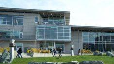 Fachada del Highline College, en Des Moines, estado de Washington (EEUU).