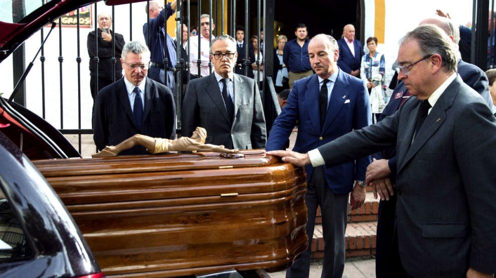 Alberto Ruiz-Gallardón y Luis Felipe Utrera-Molina (segundo por la derecha), en el entierro del ex ministro José Utrera Molina (Foto: EFE).