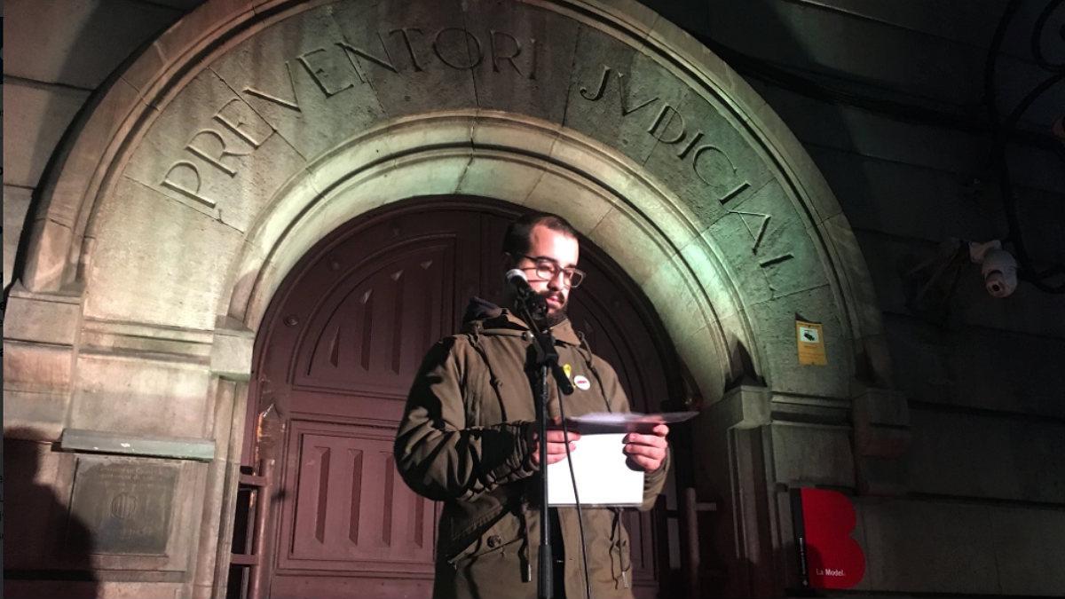 Pol Leiva, sobrino de Jordi Cuixart, lee una carta del golpista preso ante la cárcel de La Modelo de Barcelona.