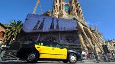 Un taxi, delante de la Sagrada Familia en Barcelona. (AFP)