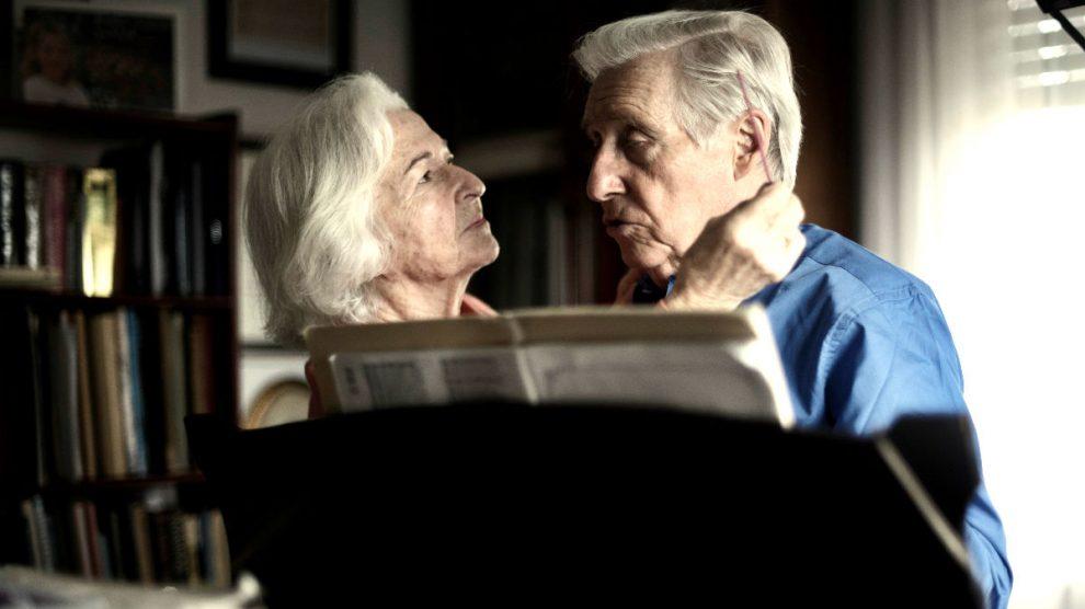 El pianista Joaquín Achúcarro junto a su mujer Emma (Foto: Efe).