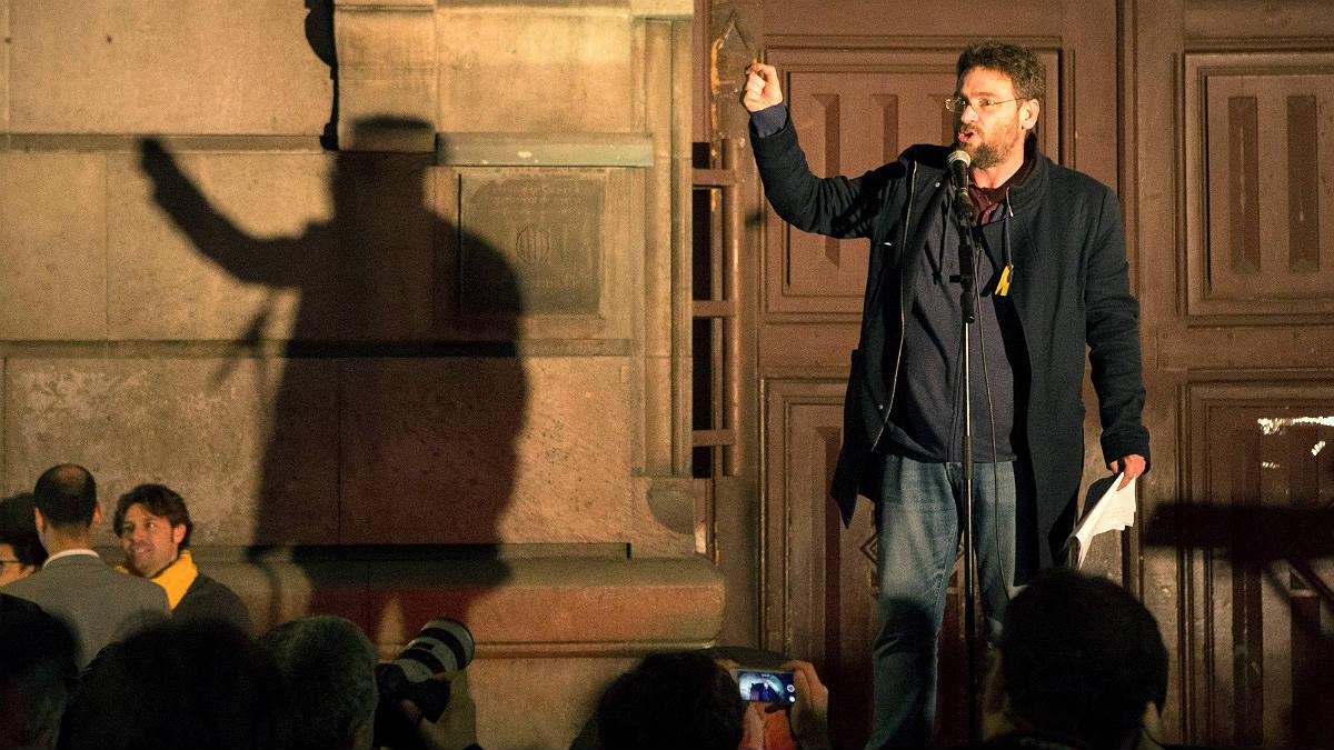 Albano Dante Fachin, ex líder de Podem Catalunya, ante la cárcel Modelo de Barcelona. (EFE)