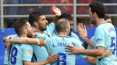 Los jugadores del Barcelona celebran el gol de Luis Suárez en la primera mitad. (AFP)