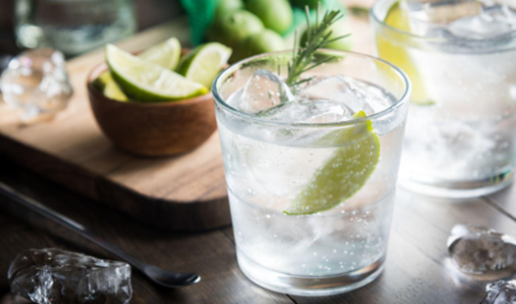 Gin fizz: un cóctel con ginebra con el que sorprender a los amigos